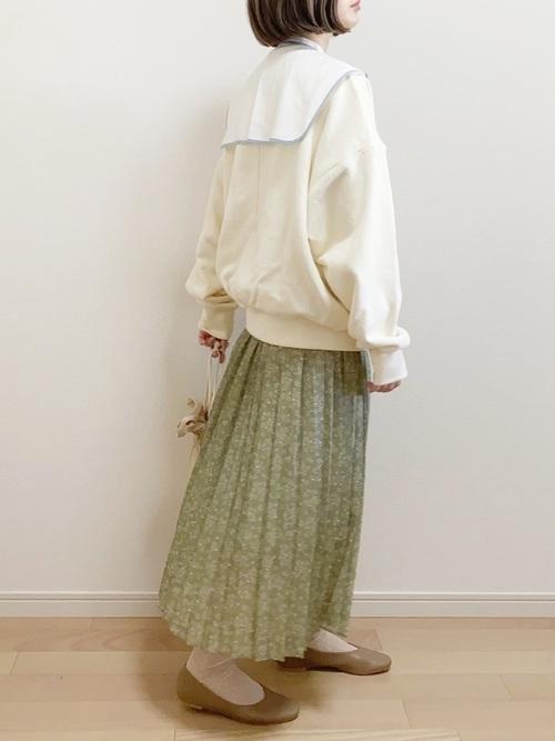 白ビッグカラーブラウス×緑柄スカートコーデ