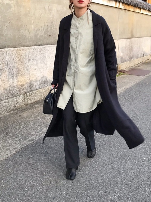 黒コート×緑シャツコーデ