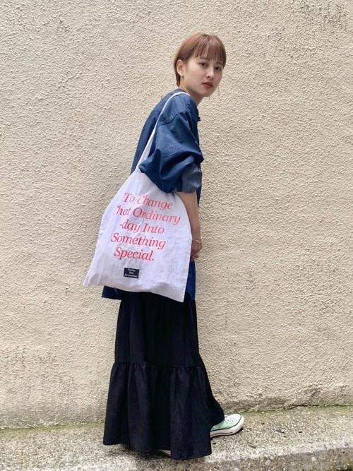 黒フリルスカート×デニムシャツの春コーデ