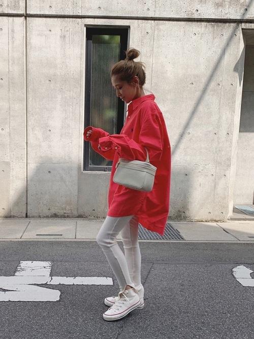 白レギンス×赤ビッグシャツの40代コーデ