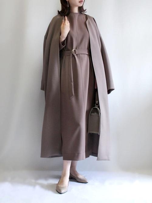 茶色コート×ワンピースの40代秋コーデ