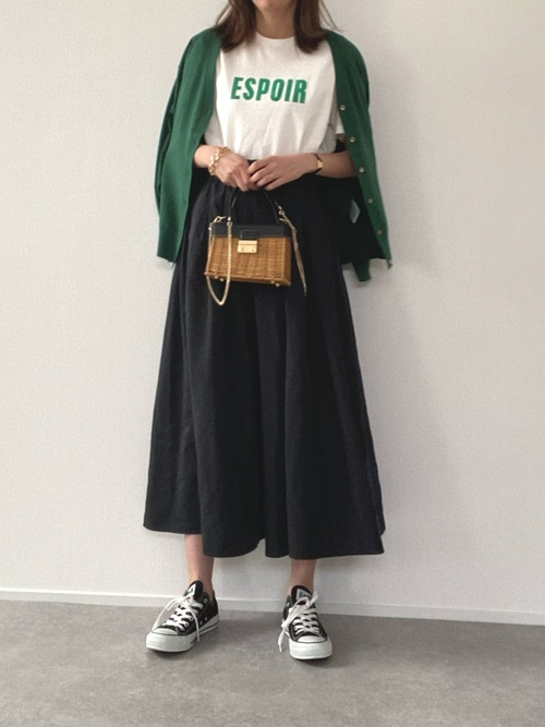 黒GUスカート×緑カーディガンの春コーデ