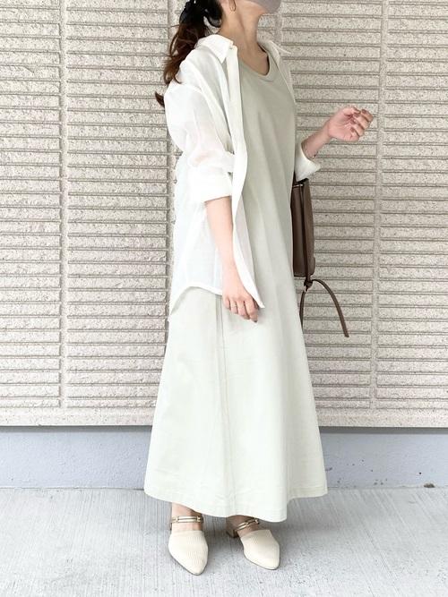 ユニクロ緑ワンピ×白シャツの夏コーデ
