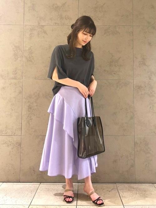 紫フリルスカート×スリットトップスの夏コーデ