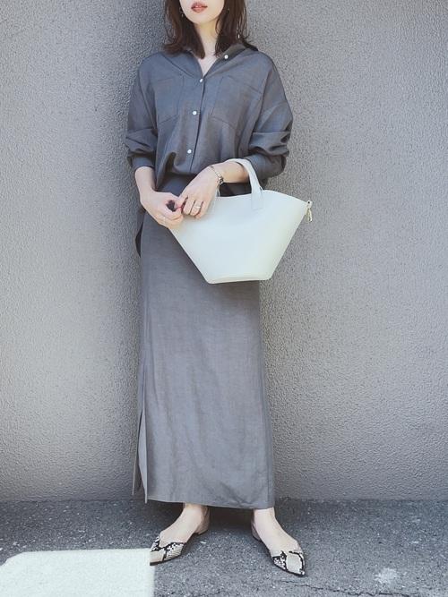 シャツ×スカートの40代秋コーデ