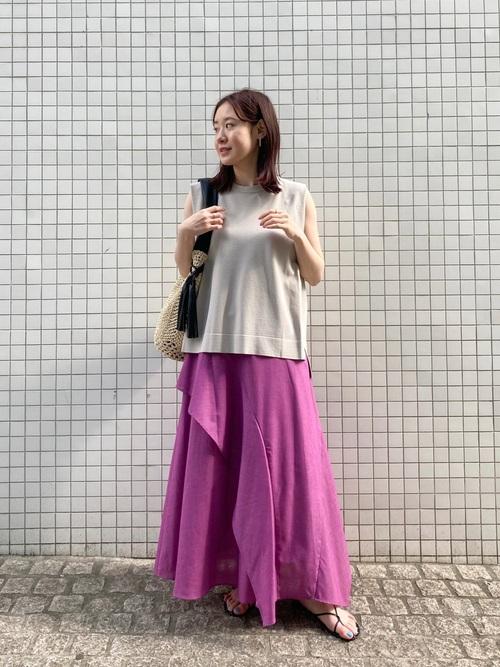 ピンクフリルスカート×ベージュTの夏コーデ