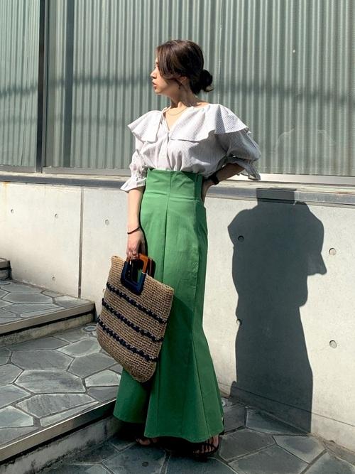 ビッグカラーブラウス×緑スカートコーデ