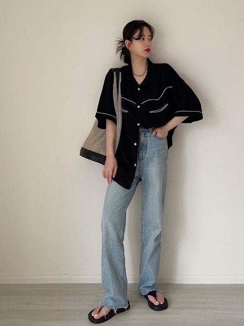 黒GUシャツ×青デニムパンツの夏コーデ