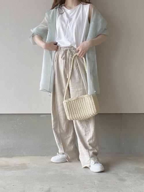 GU白Tシャツ×ベージュパンツの夏コーデ