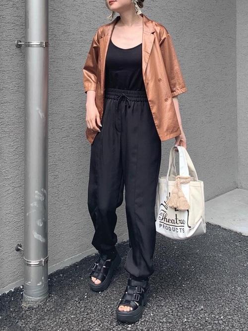 ZARA黒パンツ×茶色ジャケットの夏コーデ