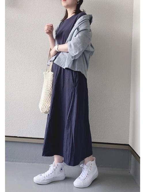 水色GUシャツ×紺ワンピースの夏コーデ
