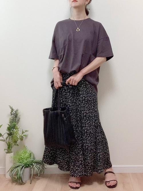 ハニーズ黒花柄スカート×グレーTの夏コーデ