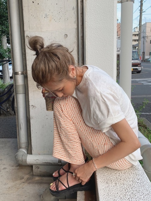 ZARAオレンジパンツ×白Tシャツの夏コーデ