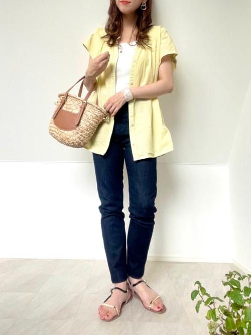 青スキニーデニム×黄色シャツの夏コーデ