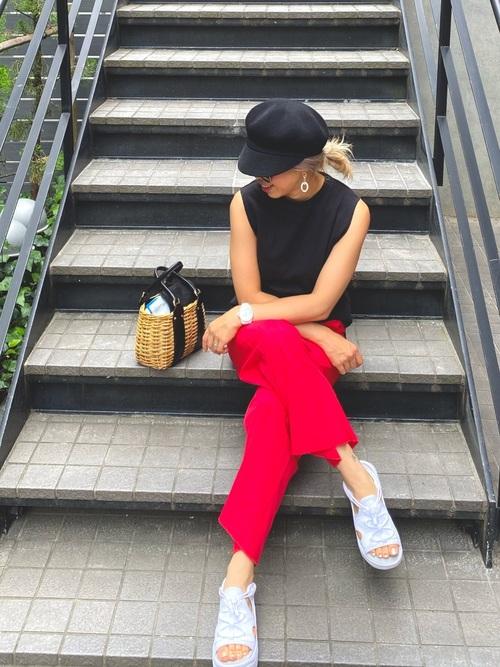 黒キャスケット×赤パンツの夏コーデ