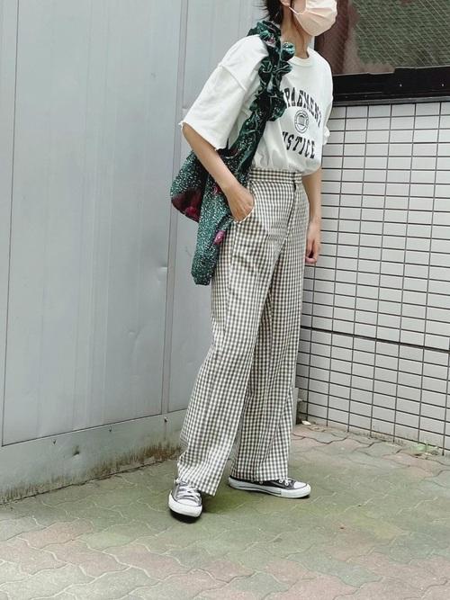 GUチェック柄パンツ×Tシャツの夏コーデ