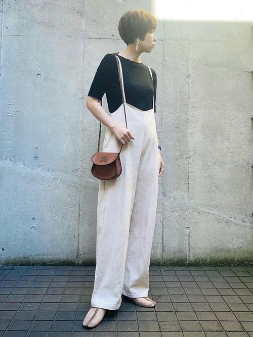 ベージュシアー靴×白サロペットコーデ