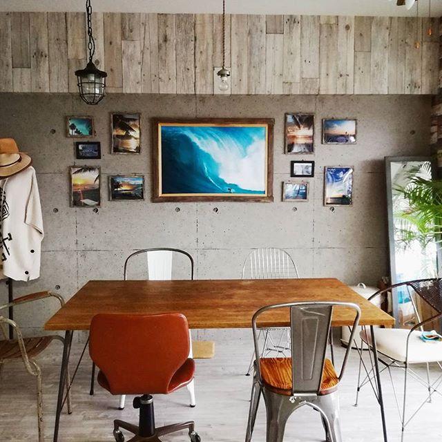 アートを並べた素敵なカフェ風のインテリア
