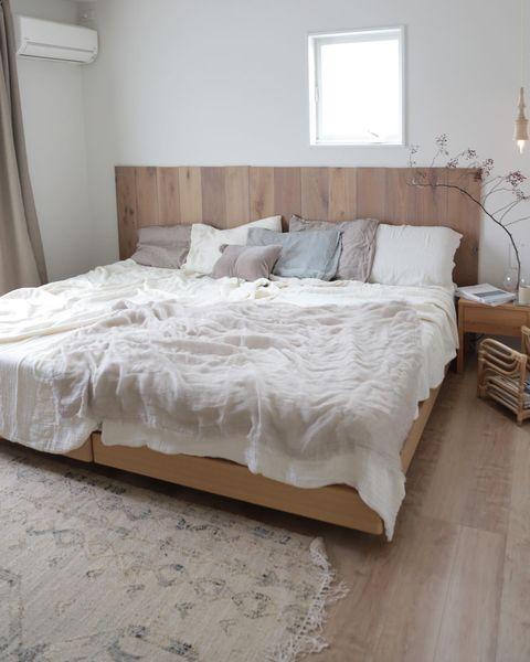 ナチュラルでシンプルな明るめの木製ベッド