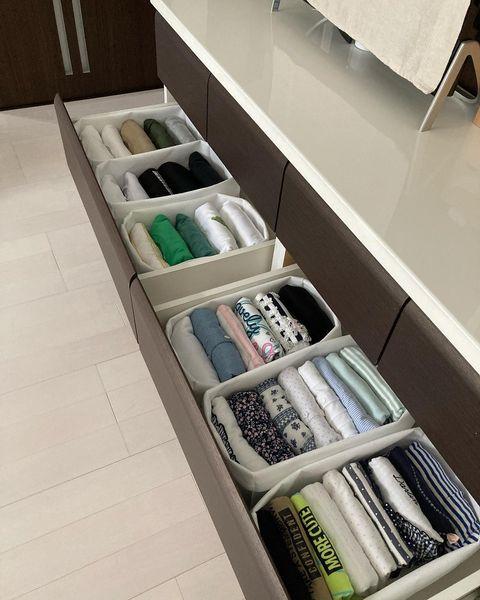 セリアの仕切りケースで服を整理するアイデア