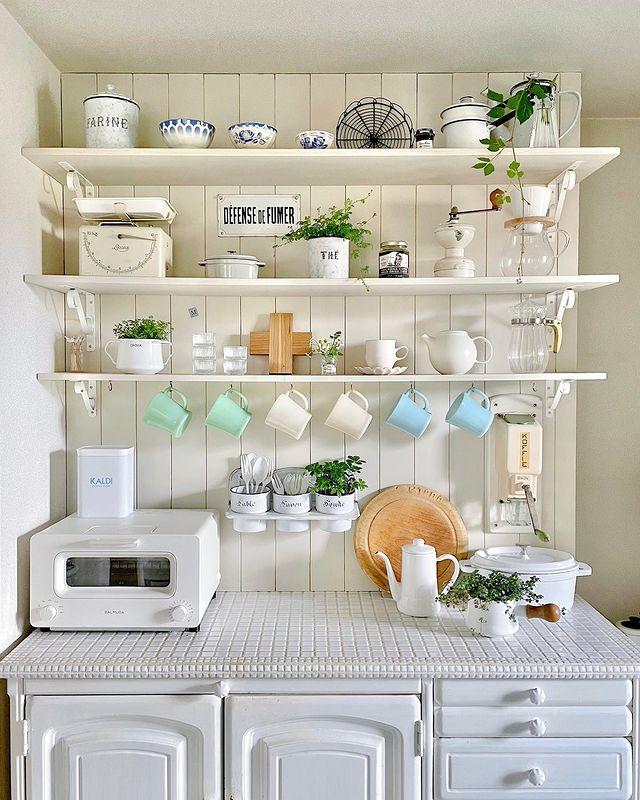 パステルカラーがレトロなポップキッチンの収納棚