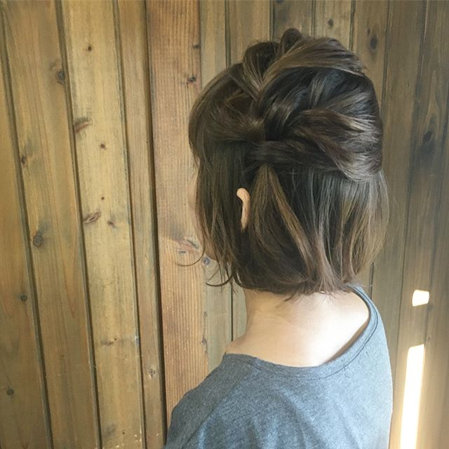 変形編み込みで爽やかなまとめ髪