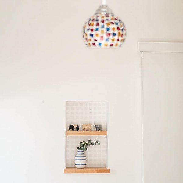 小物が可愛らしい飾り棚レイアウト