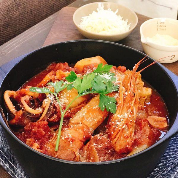 しめも美味♡えびとイカの魚介トマト鍋レシピ