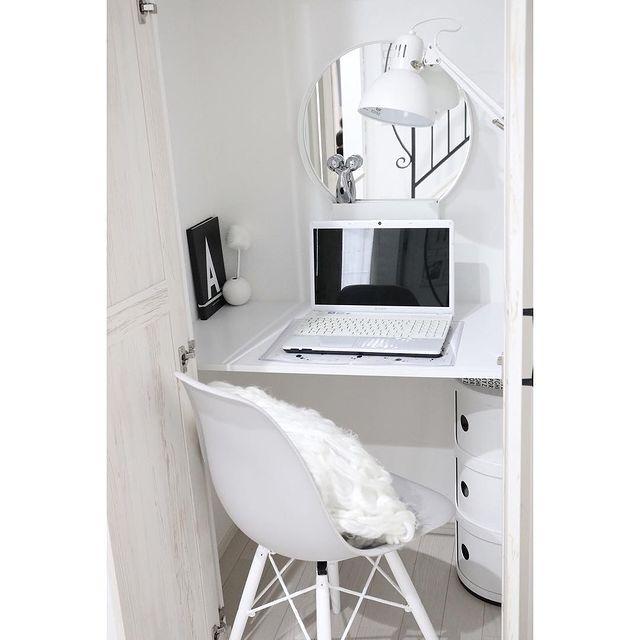 ホワイトで統一された書斎のインテリア実例