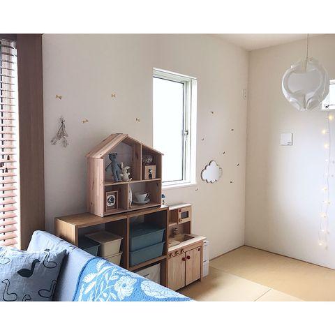 収納スペースに小物を並べた和室の飾り棚