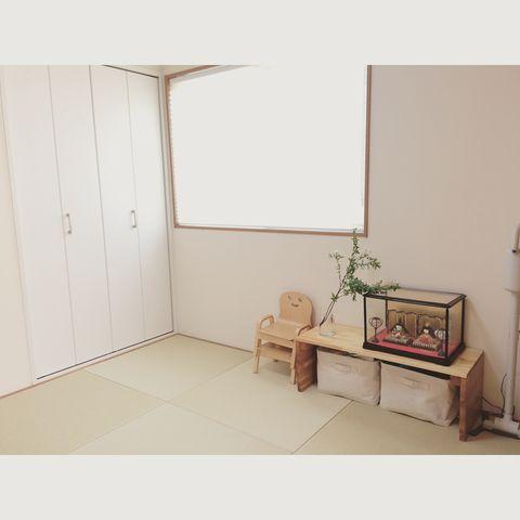 ひな祭り仕様に飾りつけた和室の飾り棚