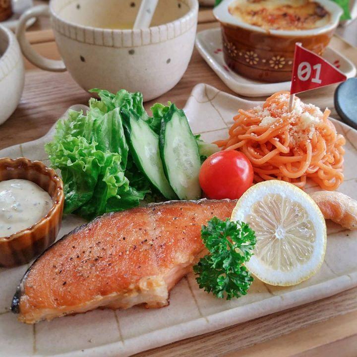 簡単レシピで人気の洋食なら鮭のムニエル