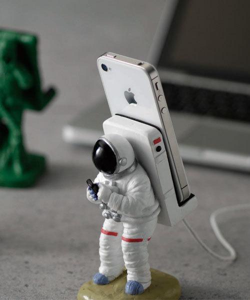 宇宙飛行士が背負うおしゃれスマホスタンド