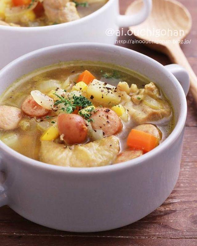 ウィンナー、鶏肉、人参、じゃがいも、玉ねぎ、セロリ、パセリ、カレー、スープ。