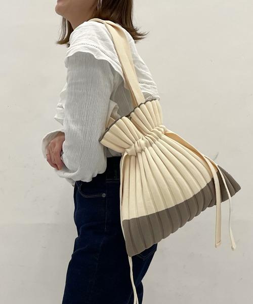 フェミニンなプリーツバッグ
