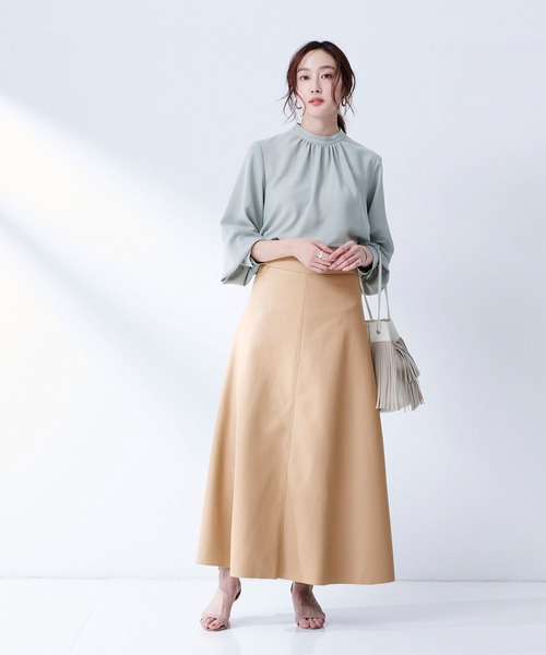 春 ブルーブラウス×ベージュロングスカート