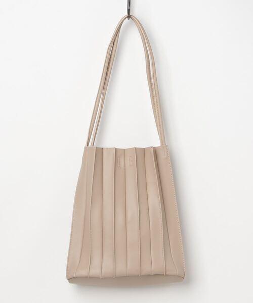 定番シルエットのプリーツバッグ