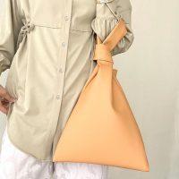 華やかなオレンジバッグコーデ20選。ビタミンカラーが叶える大人の差し色スタイル