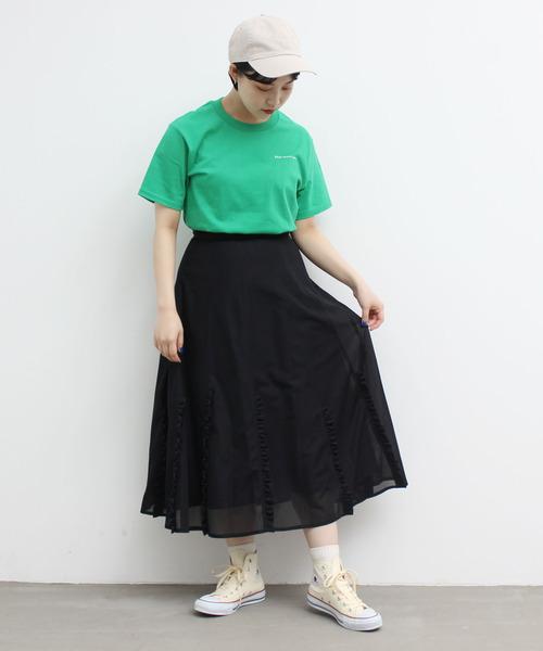 黒フリルスカート×緑Tシャツの夏コーデ