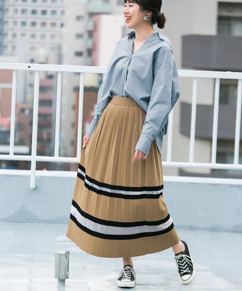 秋 ブルーシャツ×ベージュロングスカート