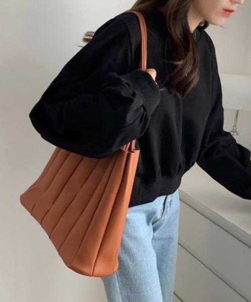 定番カラーのプリーツバッグ