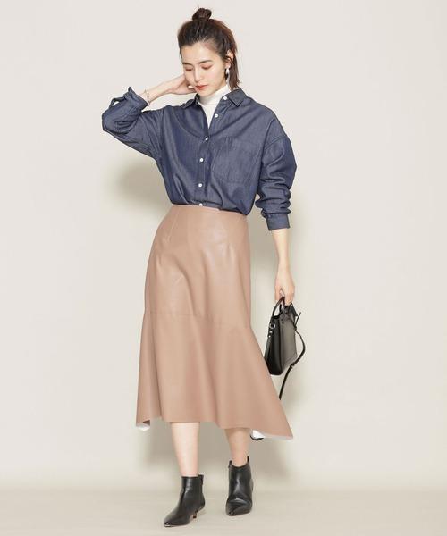 デニムシャツ×レザーベージュスカート