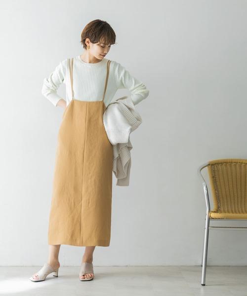 白ニット×サス付きベージュスカート