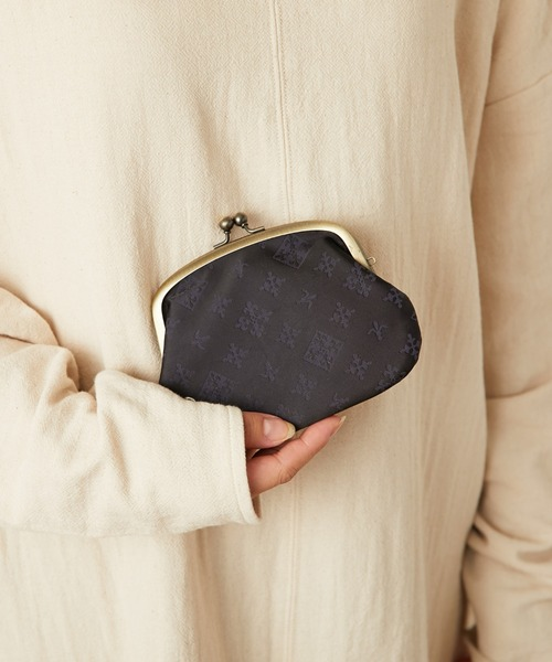 丸みシルエットとアイコン柄が目立つミニ財布