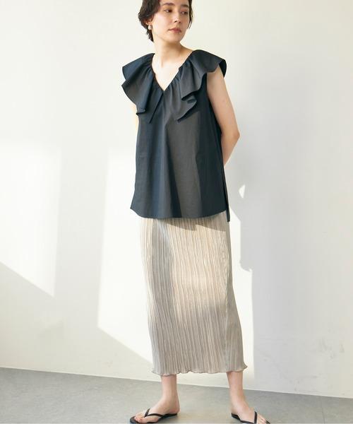 黒ブラウス×プリーツタイトベージュスカート