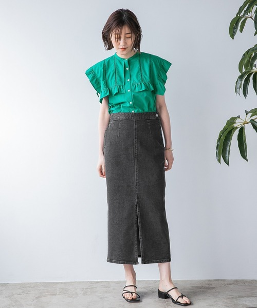 緑ビッグカラーブラウス×黒スカートコーデ