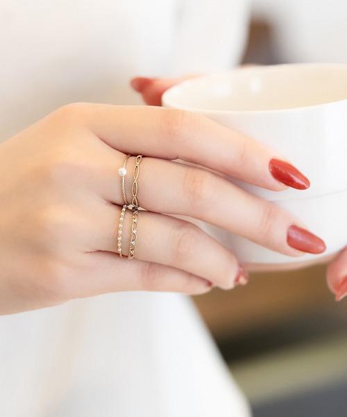 女性らしい手元を作る一粒パールの指輪