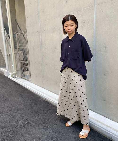 オープンカラーシャツ×レディースドットスカート