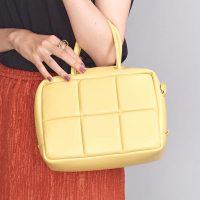 黄色バッグと相性の良い大人コーデ20選。鮮やかな差し色で叶えるおしゃれ術をご紹介