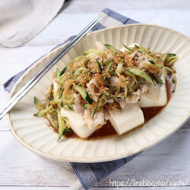 豚肉しゃぶしゃぶ、きゅうり、大根おろし、豆腐、ポン酢。